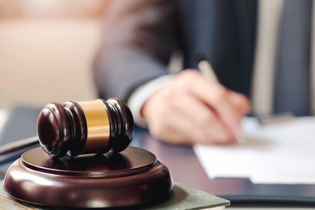 domarklubba och jurist som skriver i bakgrunden