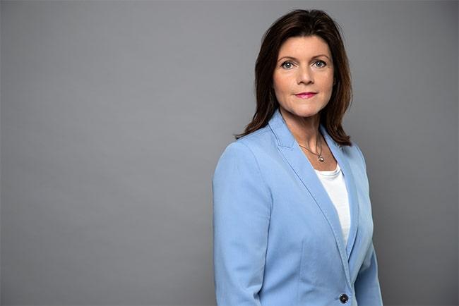 arbetsmarknadsminister eva nordmark mot grå bakgrund