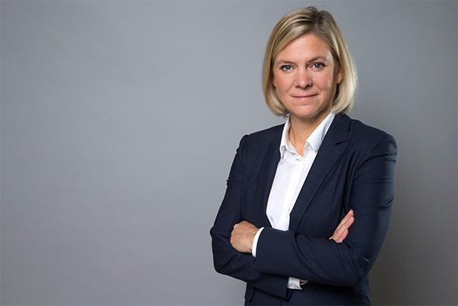 finansministern magdalena andersson mot grå bakgrund