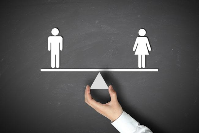 figurer av man och kvinna på balansbräda
