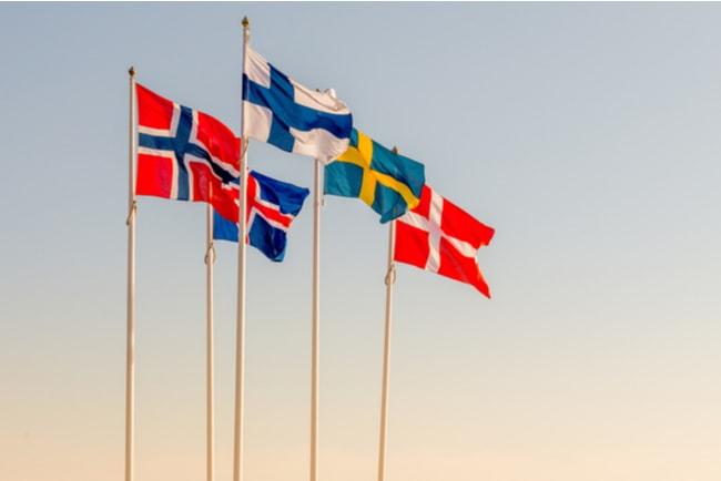 flaggstänger med de fem nordiska ländernas flaggor