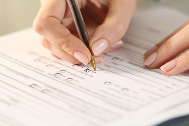 kvinna fyller i formulär