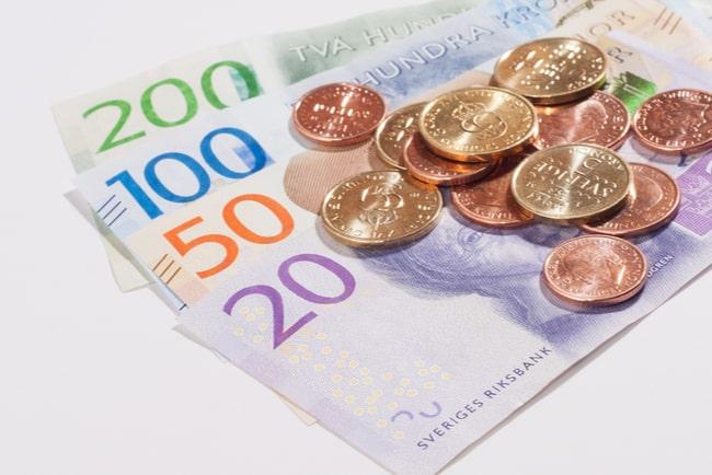 hög med svenska sedlar och mynt