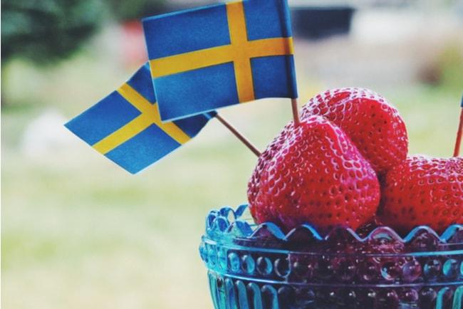 jordgubbar med svenska flaggor