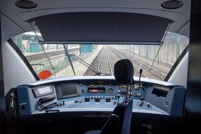 Tom tågcockpit på ett tåg som står stilla på järnvägsspår.