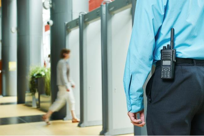 närbild på säkerhetsvakt vid entré