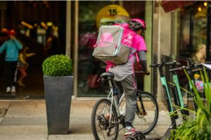 foodora-bud på cykel utanför restaurang