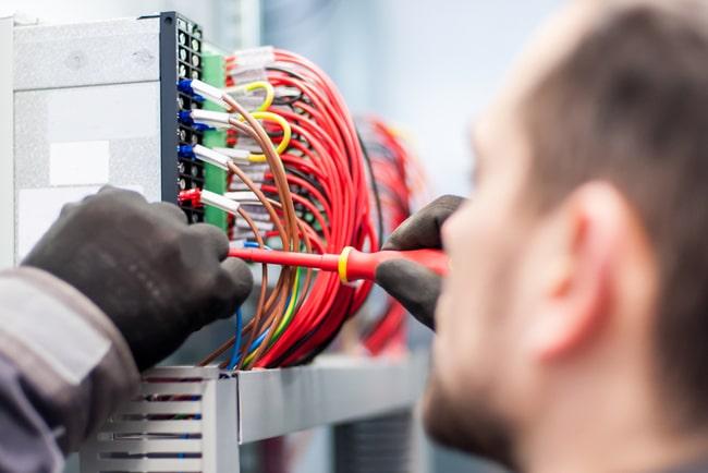 Elektriker som jobbar