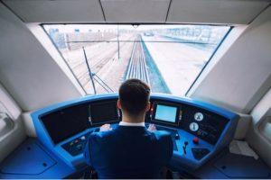 Lokförare kör tåg.